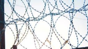 Prikkeldraad van het het regimesilhouet van de omheiningsgevangenis het strikte illegale immigratieomheining van vluchtelingen Il stock footage