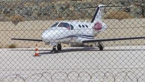 Prikkeldraad van Prive het Kleine Jet Plane Parked Behind Protected redacteur royalty-vrije stock foto's