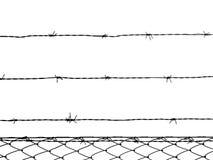 Prikkeldraadomheining op witte achtergrond wordt geïsoleerd die stock foto