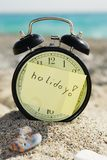 Prikklokwekker bij zonnig strand Stock Afbeelding