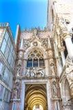 Primär Palazzo Ducale Doge's för Carte för ingångsPorta della slott Venedig Italien Royaltyfria Foton