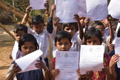Primära studenter visar deras hälsningsbrev som överfördes av chief minister av västra Bengal till dem royaltyfri fotografi