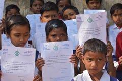 Primära studenter visar deras hälsningsbrev som överfördes av chief minister av västra Bengal till dem arkivfoton