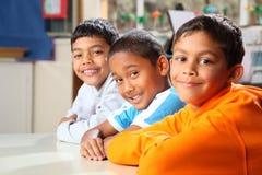 Primärschulejungen, die geduldig in der Kategorie sitzen Lizenzfreies Stockfoto