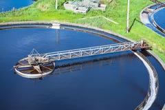 Primärsedimentationsbecken, Abwasser, das Behälter durchfließt Lizenzfreies Stockfoto