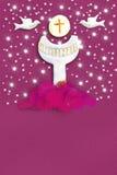Prima carta di comunione santa per una ragazza nel rosa Immagini Stock Libere da Diritti