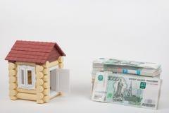 Prima che la casa si trovi un pacchetto dei soldi delle rubli russe Immagine Stock Libera da Diritti