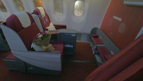 Prima classe - vista interna dell'aeroplano del getto archivi video