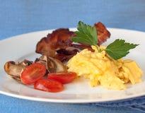Prima colazione ad alta percentuale proteica. Uova e pancetta affumicata. Fotografia Stock Libera da Diritti