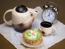 Prima colazione al 12:00, al caffè ed alla torta Fotografia Stock