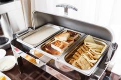 Prima colazione all'hotel uova rimescolate e pancake russi fotografia stock