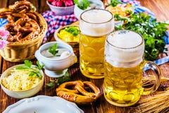 Prima colazione bavarese con le salsiccie, Brezel morbido immagini stock libere da diritti