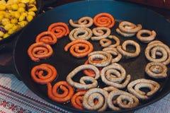 Prima colazione bavarese della salsiccia del vitello con le salsiccie, la ciambellina salata molle e la senape delicata sul bordo fotografia stock