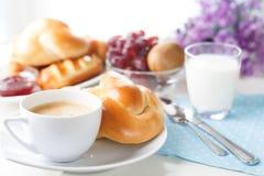 Prima colazione, brunch, caffè con le pasticcerie casalinghe su fondo bianco con i fiori fotografia stock libera da diritti