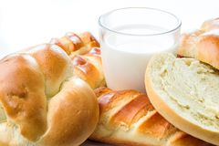 Prima colazione, brunch, latte con le pasticcerie casalinghe su fondo bianco con i fiori immagine stock