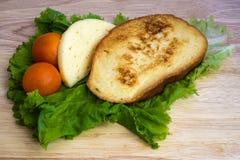 Prima colazione casalinga - pane tostato francese, formaggio e lett Immagine Stock