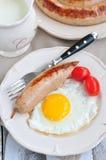 Prima colazione, cena, salsiccie del pollo di cena con un uovo e prezzemolo Immagine Stock Libera da Diritti
