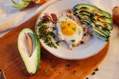Prima colazione che consiste del pane tostato, uova, avocado, cipolle Immagine Stock Libera da Diritti