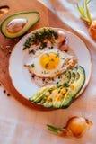 Prima colazione che consiste del pane tostato, uova, avocado, cipolle Immagini Stock Libere da Diritti