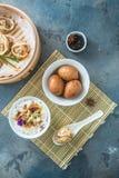 Prima colazione cinese con il porrige del riso, le uova del tè ed il dim sum Immagini Stock