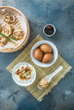 Prima colazione cinese con il porrige del riso, le uova del tè ed il dim sum Immagini Stock Libere da Diritti