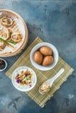Prima colazione cinese con il porrige del riso, le uova del tè ed il dim sum Fotografie Stock Libere da Diritti