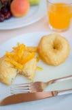 Prima colazione compreso le guarnizioni di gomma piuma con inceppamento arancio candito fotografia stock libera da diritti
