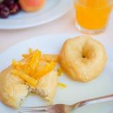 Prima colazione compreso le guarnizioni di gomma piuma con inceppamento arancio candito immagine stock libera da diritti