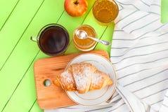 Prima colazione con caffè ed il croissant fotografie stock libere da diritti
