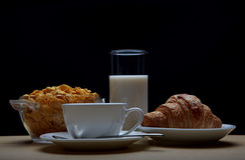 Prima colazione con caffè, il croissant ed i fiocchi di granturco Immagine Stock Libera da Diritti