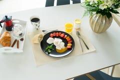 Prima colazione con gli uova affogate Fotografia Stock Libera da Diritti