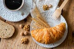 Prima colazione con i croissant di recente al forno fotografia stock libera da diritti