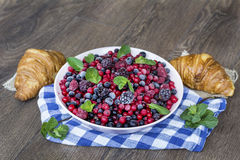 Prima colazione con i croissant ed i frutti della foresta Immagine Stock