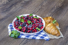 Prima colazione con i croissant ed i frutti della foresta Immagini Stock Libere da Diritti
