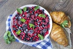 Prima colazione con i croissant ed i frutti della foresta Fotografie Stock Libere da Diritti