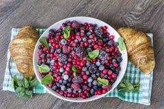 Prima colazione con i croissant ed i frutti della foresta Fotografia Stock