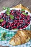 Prima colazione con i croissant ed i frutti della foresta Immagine Stock Libera da Diritti