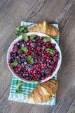 Prima colazione con i croissant ed i frutti della foresta Fotografia Stock Libera da Diritti