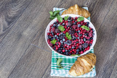 Prima colazione con i croissant ed i frutti della foresta Fotografie Stock