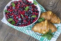 Prima colazione con i croissant ed i frutti della foresta Immagini Stock