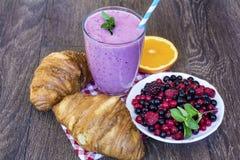 Prima colazione con i croissant ed il frullato di frutti della foresta Fotografie Stock