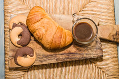 Prima colazione con i croissant, i biscotti e l'inceppamento Fotografia Stock
