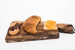 Prima colazione con i croissant, i biscotti e l'inceppamento Fotografia Stock Libera da Diritti