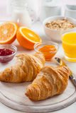 Prima colazione con i croissants francesi Fotografie Stock