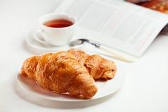 Prima colazione con i croissants freschi Fotografia Stock