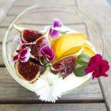 Prima colazione con i fiori commestibili Fotografie Stock