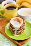Prima colazione con i pancake della mela Fotografia Stock Libera da Diritti