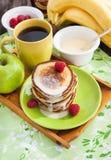 Prima colazione con i pancake della mela Immagine Stock