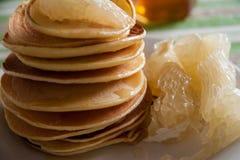 Prima colazione con i pancake e l'agrume Fotografia Stock Libera da Diritti