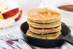 Prima colazione con i pancake, il miele ed i frutti Immagini Stock Libere da Diritti